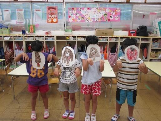 子ども達が描いたお化けのお面をつけています。他クラスのお友達をお化け屋敷に招待します。
