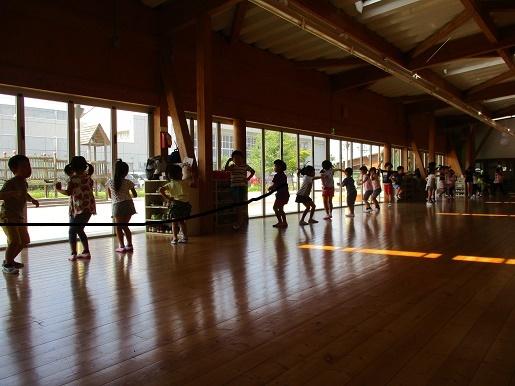 紅連華の曲に合わせて年長組が踊っています。